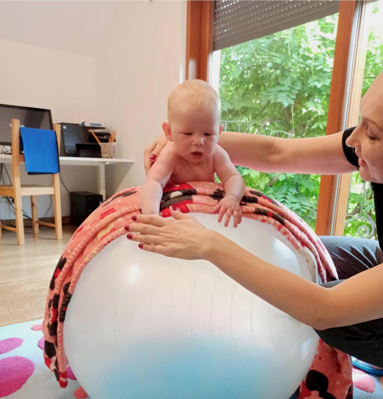 Rehabilitacja Malych Dzieci Z Pilka Reax Fluiball O Srednicy 65cm