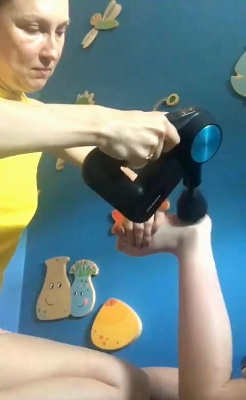 Terapia kończyn dolnych w mózgowym porażeniu dziecięcym z wykorzystaniem masażera theragun.
